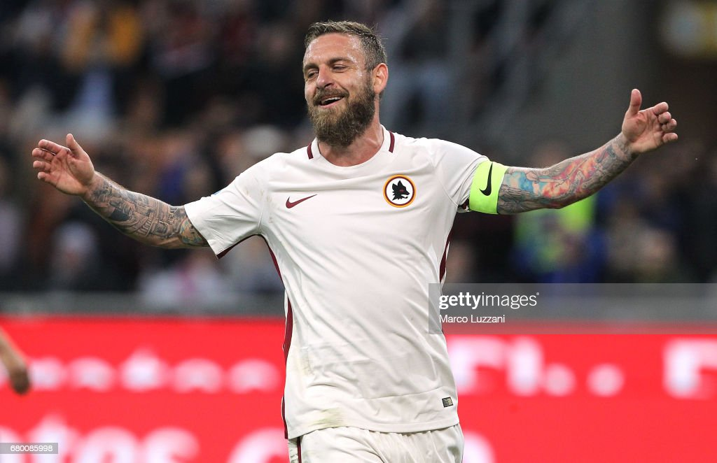 Daniele De Rossi of AS Roma celebrates his goal during the Serie A match between AC Milan and AS Roma at Stadio Giuseppe Meazza on May 7, 2017 in Milan, Italy.