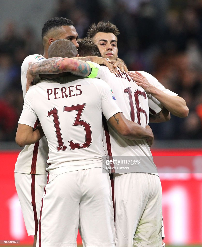 Daniele De Rossi #16 of AS Roma celebrates his goal with his team-mates during the Serie A match between AC Milan and AS Roma at Stadio Giuseppe Meazza on May 7, 2017 in Milan, Italy.