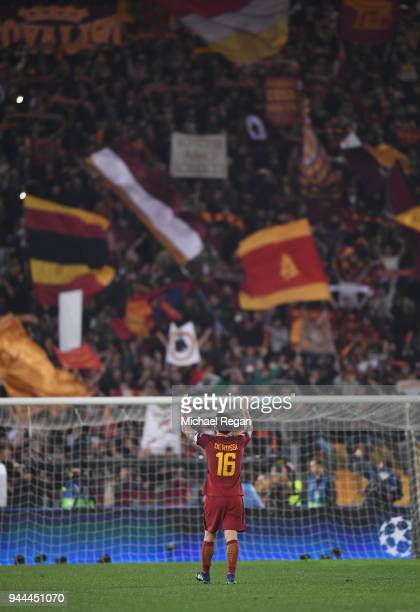Daniele De Rossi of AS Roma celebrates his sides victory after the UEFA Champions League Quarter Final Second Leg match between AS Roma and FC...