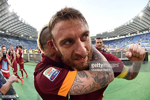 Daniele De Rossi of AS Roma celebrates the victory after the Serie A match between SS Lazio and AS Roma at Stadio Olimpico on May 25 2015 in Rome...