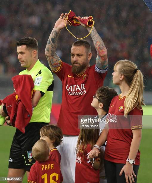 Daniele De Rossi of AS Roma greets the fans for his last match during the Serie A match between AS Roma and Parma Calcio at Stadio Olimpico on May 26...