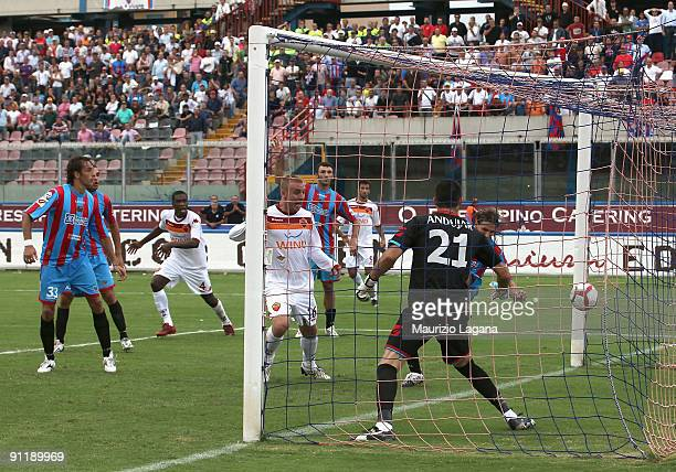 Daniele De Rossi of AS Roma scores a goal during the Serie A match between Catania Calcio and AS Roma at Stadio Angelo Massimino on September 27,...