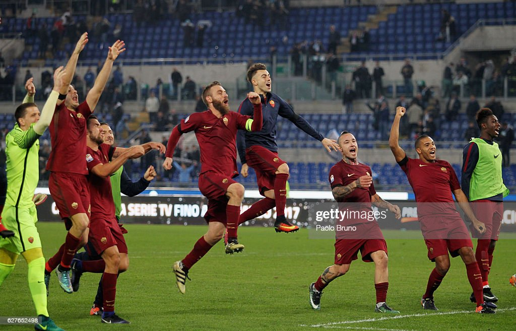Daniele De Rossi (C) with his teammates of AS Roma celebrates the victory after the Serie A match between SS Lazio and AS Roma at Stadio Olimpico on December 4, 2016 in Rome, Italy.