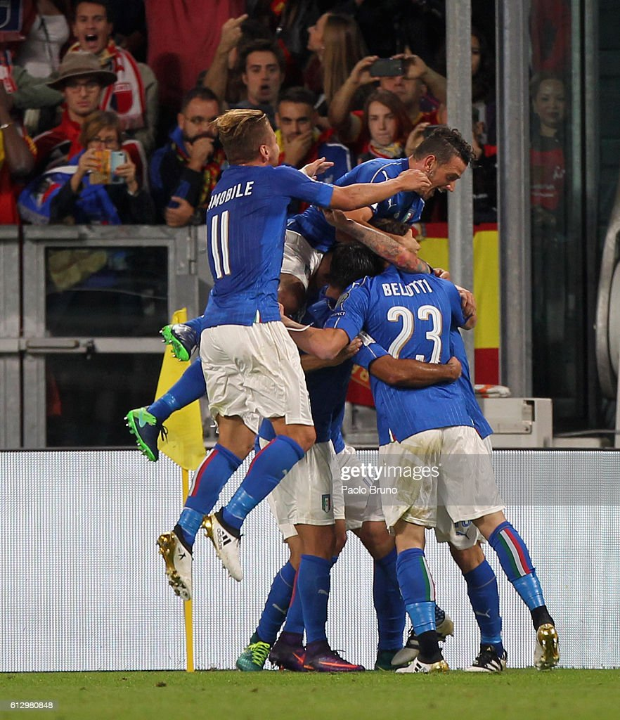 Daniele De Rossi (C) with his teammates of Italy celebrates after scoring the team's first goal from penalty spot during the FIFA 2018 World Cup Qualifier between Italy and Spain at Juventus Stadium on October 6, 2016 in Turin, Italy.