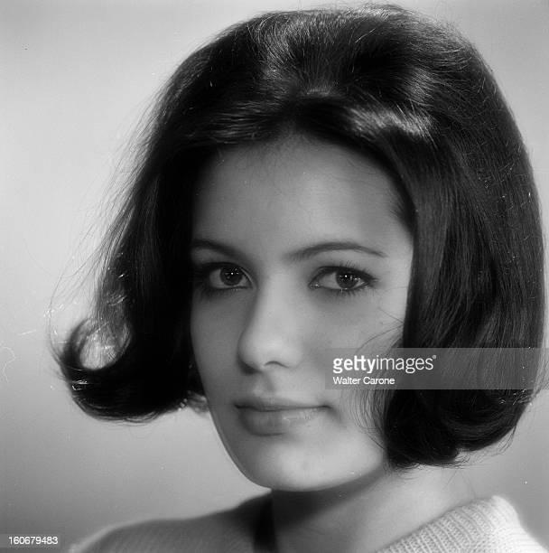 Daniele Gaubert Poses In Studio En France le 21 février 1963 portrait studio de Danièle GAUBERT actrice les cheveux milongs