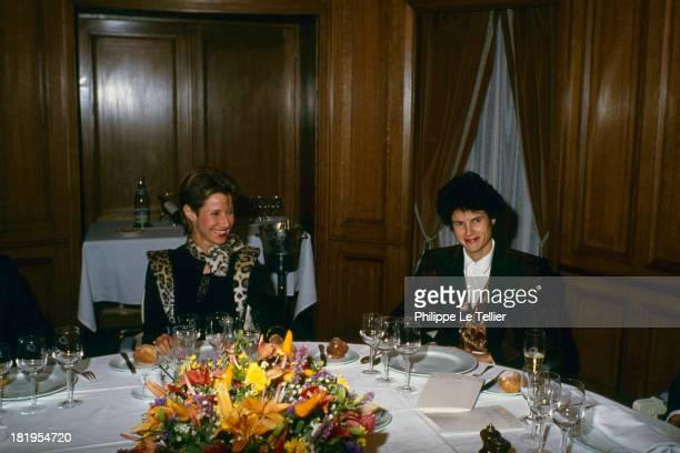 Daniele Gilbert television presenter and ValerieAnne Giscard d'Estaing during a dinner Paris France 1989 Daniele Gilbert presentatrice tele qui sort...