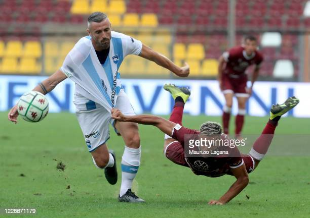 Daniele Liotti of Reggina competes for the ball with Mirko Drudi of Pescara during the Serie B match between Reggina and Pescara Calcio at Stadio...