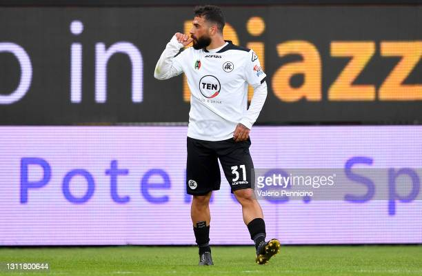 Daniele Verde of Spezia celebrates after scoring their team's first goal during the Serie A match between Spezia Calcio and FC Crotone at Stadio...