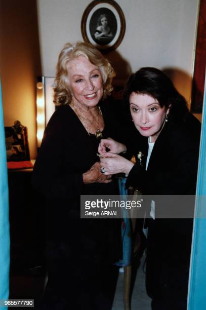 Danielle Darrieux et Dominique Lavanant en loge le 15 septembre 1998 à Paris France