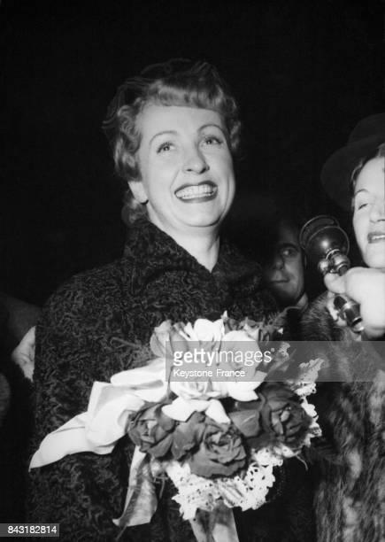 Danielle Darrieux à son arrivée à la gare SaintLazare à Paris France le 27 janvier 1951