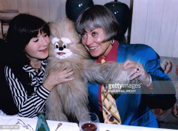Danielle Evenou et Yanou Collard célèbrent la galette des rois le 8 janvier 1995 à Paris France