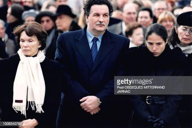 Danielle Mitterrand JeanChristophe Mitterrand Mazarine Pingeot et Anne Pingeot lors des obsèques de François Mitterrand le 11 janvier 1996 à Jarnac...