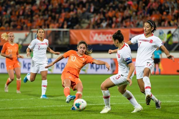 UEFA EURO FÉMININ 2021 Danielle-van-de-donk-of-netherlands-women-didem-karagenc-of-turkey-picture-id1165929778?k=6&m=1165929778&s=612x612&w=0&h=S6rrJBXVOh830FQ3X9itgTpg5mk-ocWLXn3oNdlsb_U=