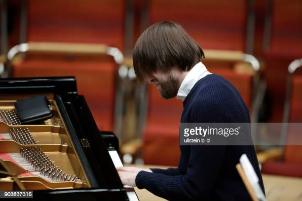 Daniil Trifonov gastiert in Begleitung der Münchner Philharmoniker unter der Leitung des russische Dirigent Valery Gergiev am 19 Februar 2017 in der...
