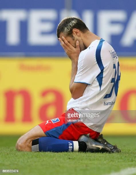 Danijel Ljuboja Stürmer Hamburger SV Serbien kniet enttäuscht auf dem Rasen