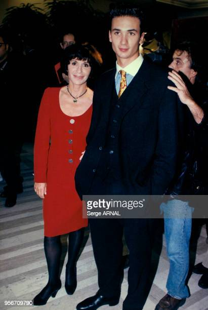 Danièle Evenou et son fils JeanBaptiste Martin lors de la générale de la pièce 'Panique au Plaza' au théâtre Marigny le 2 octobre 1995 à Paris France