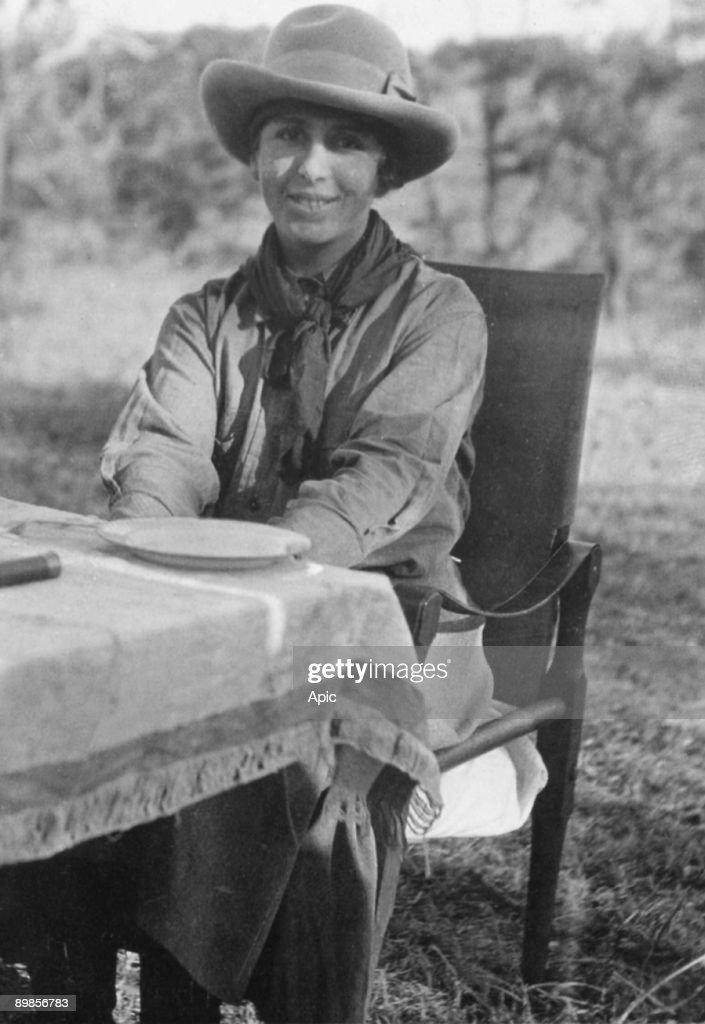 Danish author Baroness Isak Dinesen (Karen Blixen 1885-1962) literature Nobel prize in1920 here in safari c. 1918 in Kenya : Foto jornalística