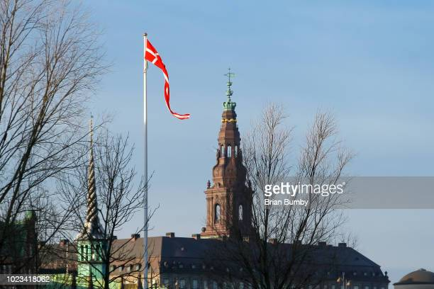 danish flag and towers of borsen and christiansborg palace - クリスチャンスボー城 ストックフォトと画像
