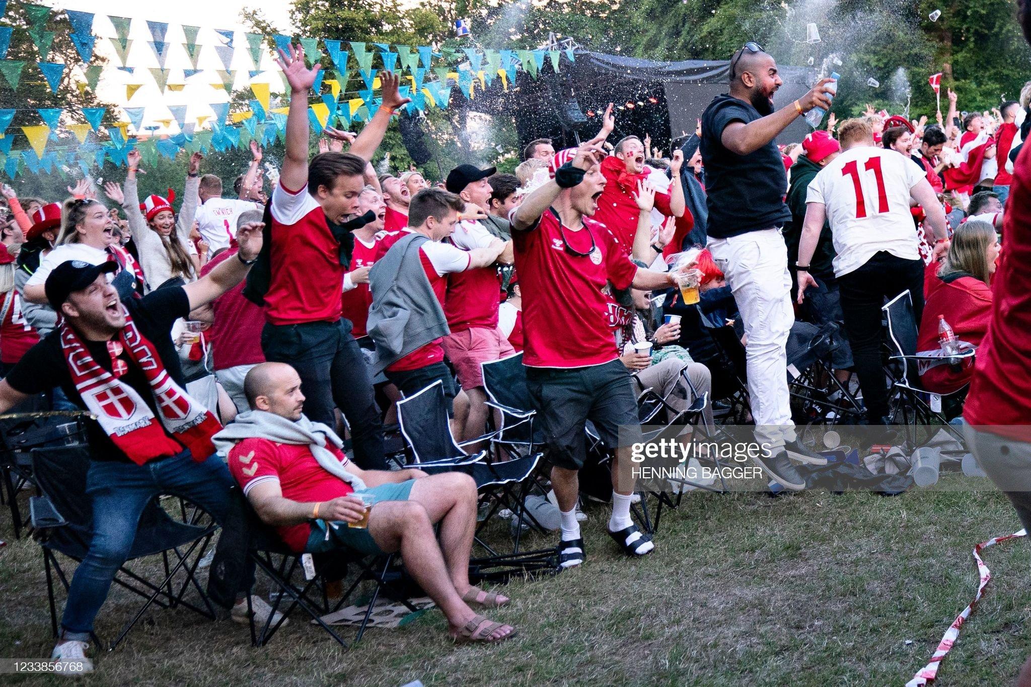 FBL-EURO-2020-2021-ENG-DEN-FANS : News Photo