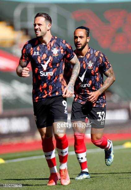 Danny Ings and Theo Walcott of Southampton warm up prior to the Premier League match between Southampton and Burnley at St Mary's Stadium on April...