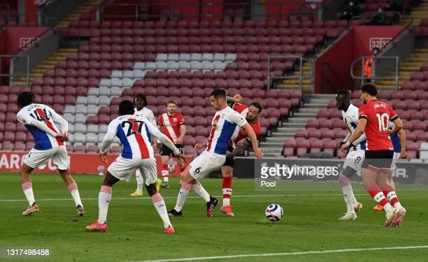 Danny Ings of Southampton scores their side's first goal during the Premier League match between Southampton and Crystal Palace at St Mary's Stadium...