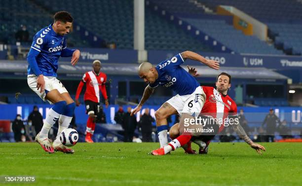 Danny Ings of Southampton shoots the ball against Allan of Everton during the Premier League match between Everton and Southampton at Goodison Park...