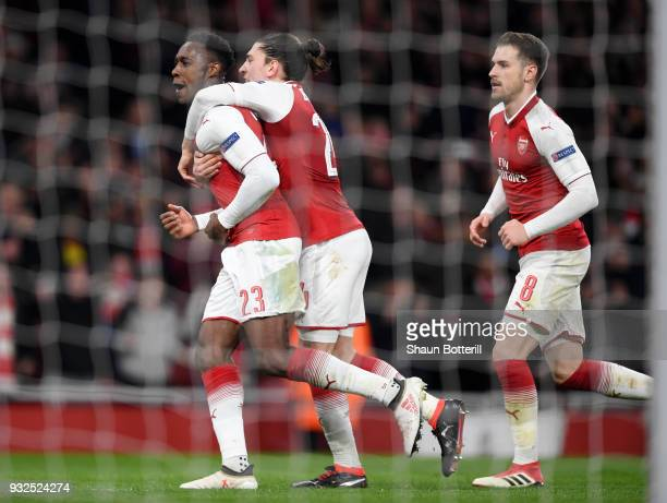Danny Welbeck of Arsenal celebrates his penalty with Hector Bellerin and Aaron Ramsey during the UEFA Europa League Round of 16 Second Leg match...