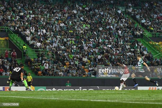Danny Welbeck of Arsenal FC scores the opening goal during the UEFA Europa League Group E match between Sporting CP and Arsenal at Estadio Jose...