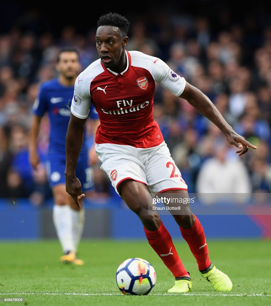Danny Welbeck of Arsenal runs with the ball during the Premier League match between Chelsea and Arsenal at Stamford Bridge on September 17, 2017 in London, England.