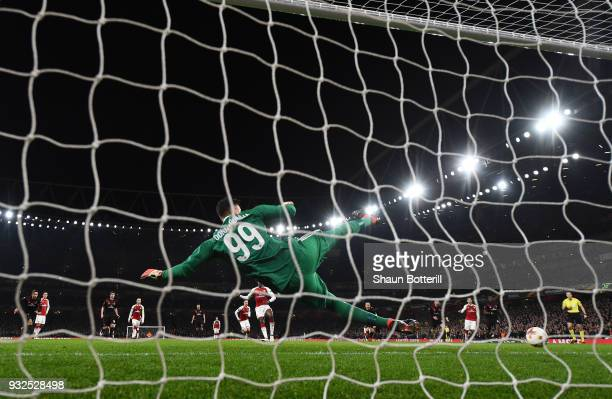 Danny Welbeck of Arsenal scores from the penalty spot past Gianluigi Donnarumma of AC Milan during the UEFA Europa League Round of 16 Second Leg...