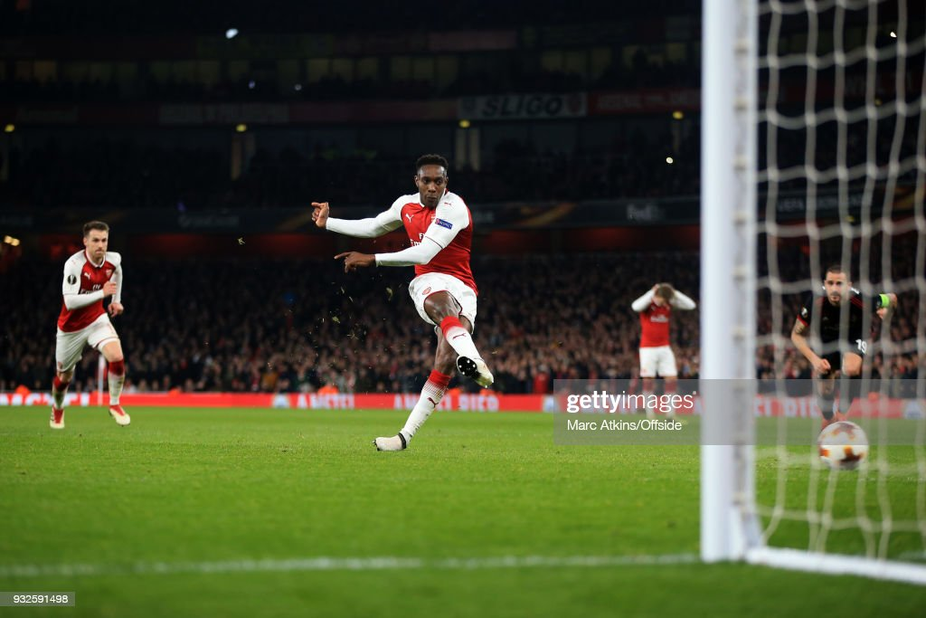 Danny Welbeck of Arsenal scores goal from the penalty spot during the UEFA Europa League Round of 16 2nd leg match between Arsenal and AC MIian at Emirates Stadium on March 15, 2018 in London, England.
