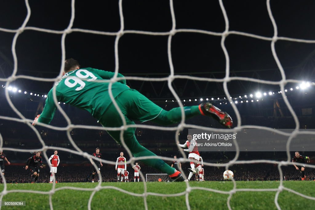 Danny Welbeck of Arsenal scores their 1st goal from the penalty spot past Gianluigi Donnarumma of AC Milan during the UEFA Europa League Round of 16 2nd leg match between Arsenal and AC MIian at Emirates Stadium on March 15, 2018 in London, England.