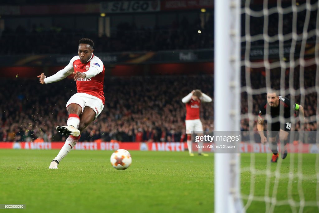 Danny Welbeck of Arsenal scores their 1st goal from the penalty spot during the UEFA Europa League Round of 16 2nd leg match between Arsenal and AC MIian at Emirates Stadium on March 15, 2018 in London, England.