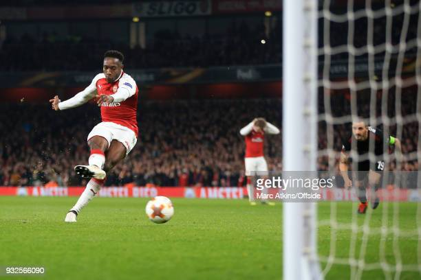 Danny Welbeck of Arsenal scores their 1st goal from the penalty spot during the UEFA Europa League Round of 16 2nd leg match between Arsenal and AC...