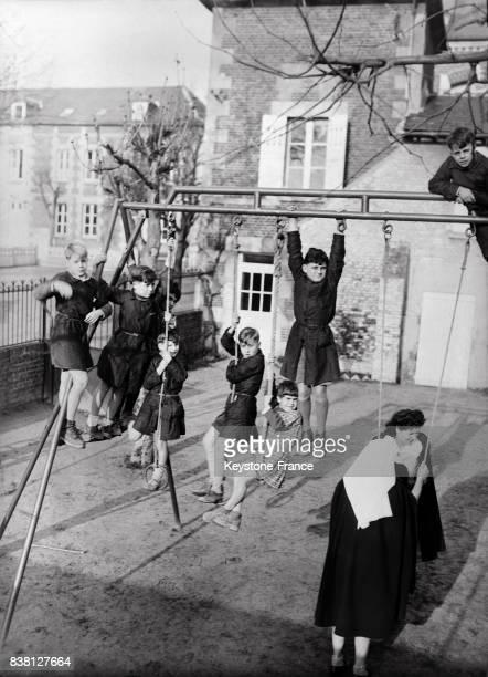 Dans la cour de récréation du préventorium les enfants de cheminots jouent à Chevrières France en 1946