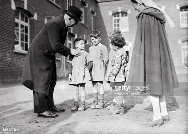Dans la cour de récréation du préventorium pour les enfants de cheminots à Chevrières France en 1946