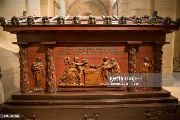 Dans la crypte la tombe de JeanJacques Rousseau au Panthéon monument de style néo classique consacré à la mémoire des grands hommes de la nation...