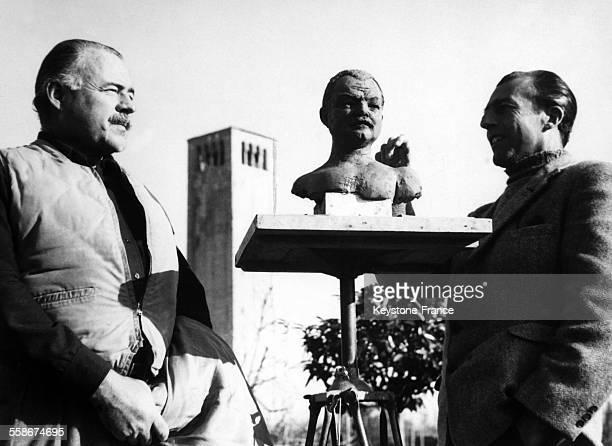 Dans la lagune venitienne a Torcello Ernest Hemingway posant pour le sculpteur Toni Lucarda circa 1950 a Venise Italie