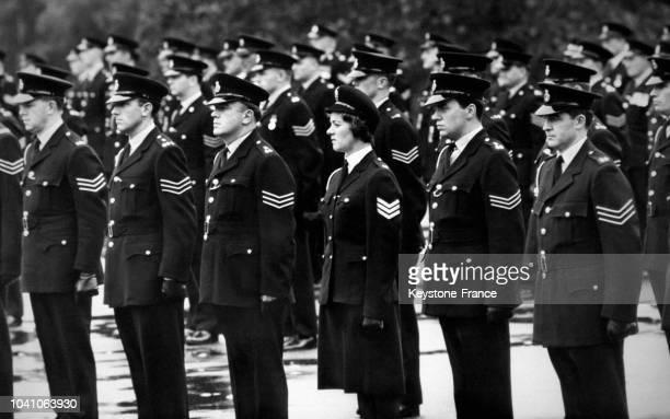 Dans la parade de l'école de police une seule femme le sergent A B Jones à Bramshill RoyaumeUni le 17 septembre 1965