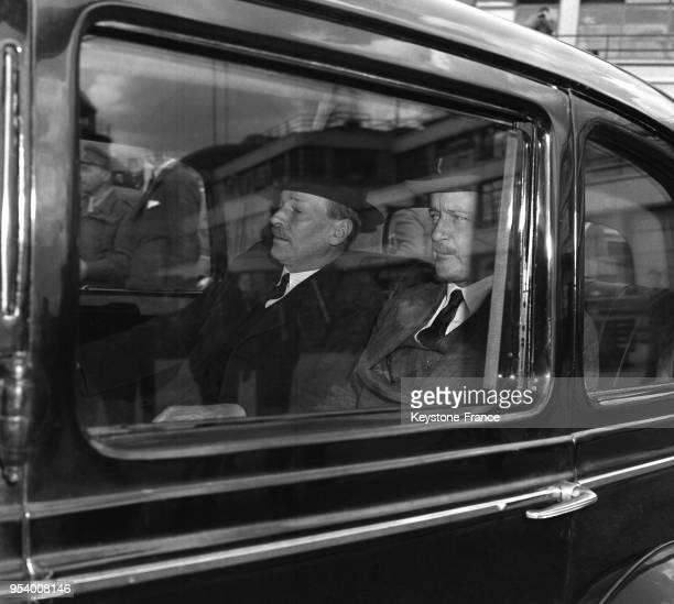 Dans la voiture, le Premier ministre britannique Clement Attlee et l'ambassadeur britannique à Paris Duff Cooper se rendent au Palais du Luxembourg à...