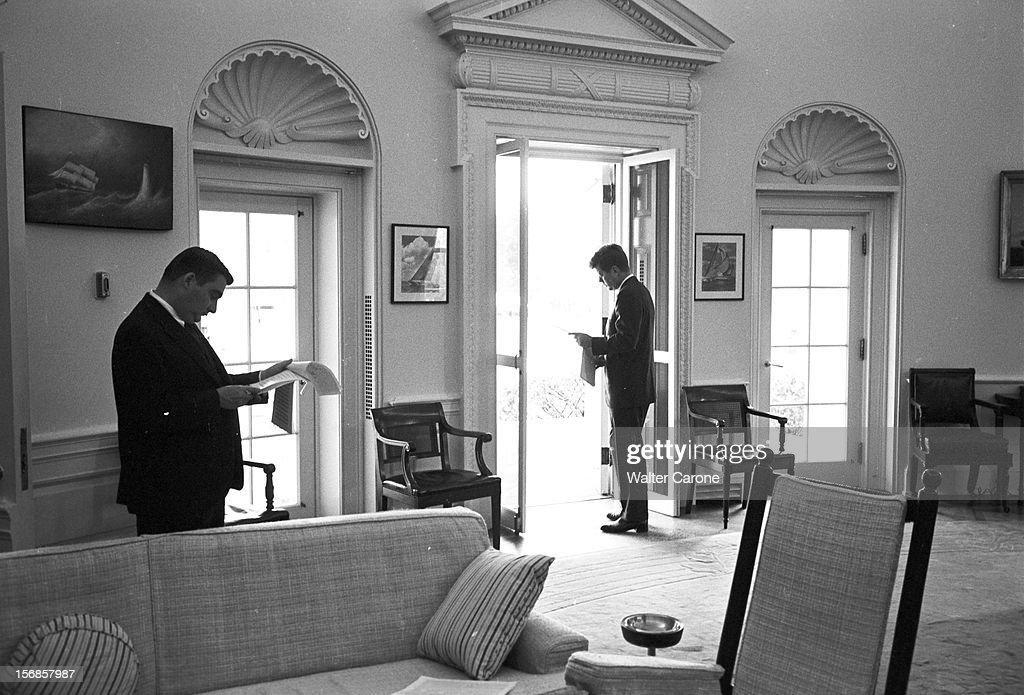 Le président barack obama dans le bureau ovale photo