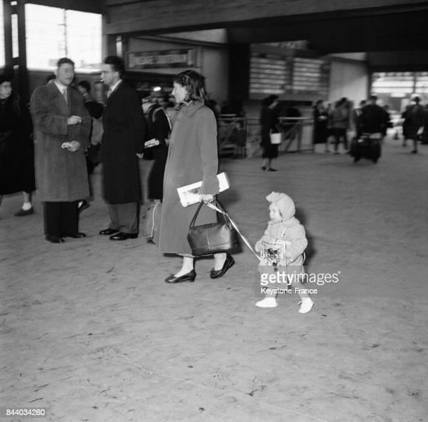 Dans le hall de la Gare Montparnasse à Paris France le 29 mars 1956