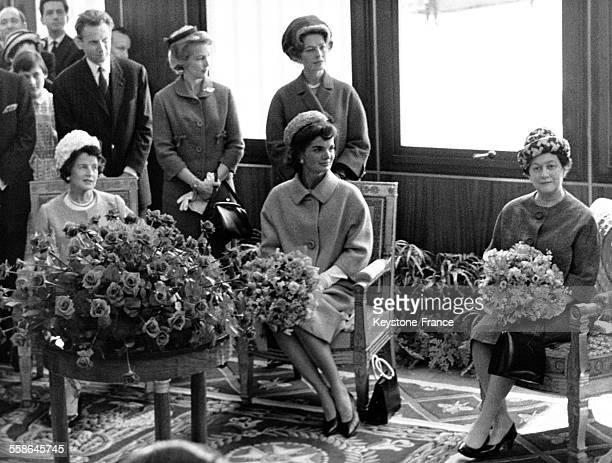 Dans le salon d'honneur de l'aéroport d'Orly lors de l'arrivée des Kennedy pour leur visite officielle en France Janet Norton Lee Bouvier mère de...