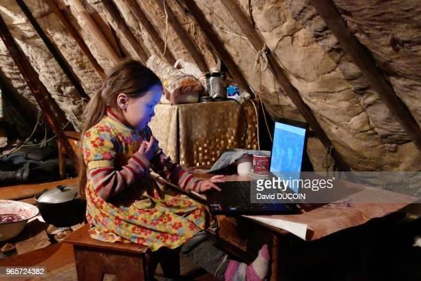 Dans le tchoum fillette regardant un film sur l'ordinateur familial 19 avril 2017 Péninsule de Yamal Sibérie Russie