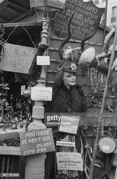Dans les allées de la Foire à la ferraille boulevard Richard Lenoir à Paris en France en 1967