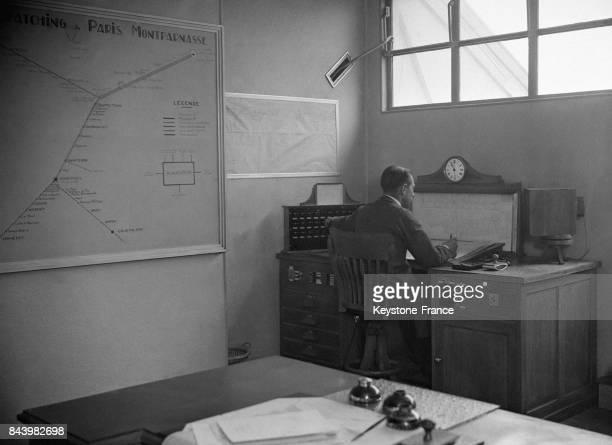 Dans les bureaux de la gare Montparnasse à Paris France en 1932