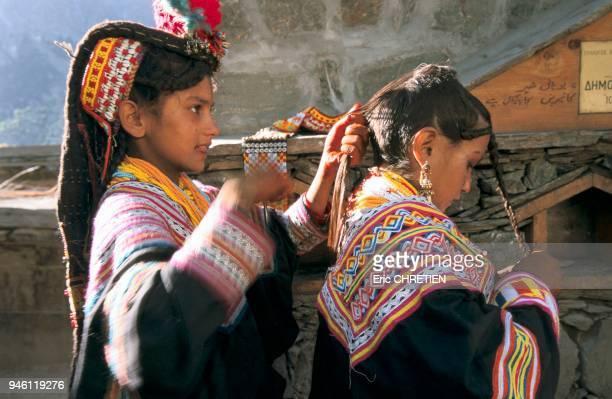 Dans les montagnes du nord du Pakistan la frontire avec l'Afghanistan les Kalash anciens pasteurs nomades animistes s'efforcent de maintenir leurs...