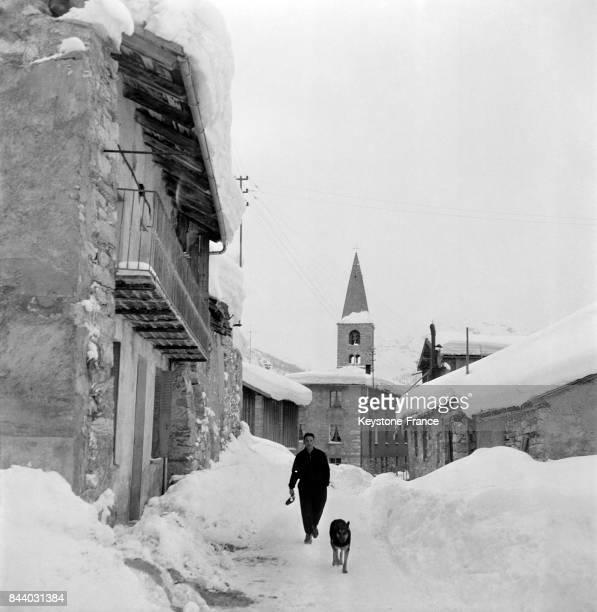 Dans les rues enneigées du Val d'Isère France en février 1956