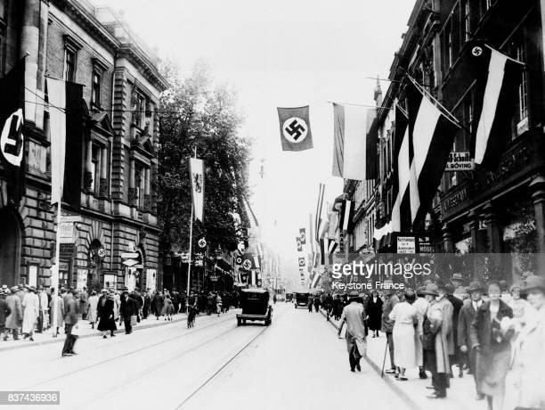 Dans les rues les drapeaux nazis sont hissés à Dusseldorf Allemagne circa 1940