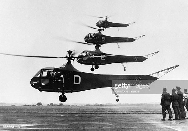 Dans un ordre impeccable à quelques mètres du sol une formation d'hélicoptères Sikorsky effectue une démonstration audessus d'un aérodrome...